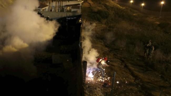 Gelombang pendatang dari Amerika Tengah tetap berharap bisa masuk ke AS dengan cara apapun. (REUTERS/Mohammed Salem)