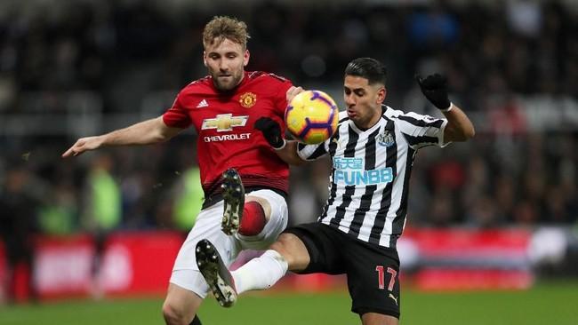 Newcastle tercatat sempat mengancam gawang tim tamu. Luke Shaw tak bisa melepaskan perhatian pada Ayoze Perez di sisi kiri pertahanan Manchester United. (Action Images via Reuters/Lee Smith)