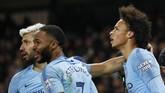 Sergio Aguero dan Raheem Sterling merayakan gol kemenangan Manchester City yang dicetak Leroy Sane pada menit ke-72. (REUTERS/Phil Noble)