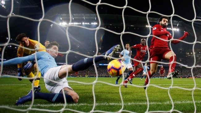 Sebuah peluang Liverpool mengungguli tuan rumah buyar lantaran John Stones menyapu bola yang sedikit lagi masuk ke gawang Manchester City. (REUTERS/Phil Noble)