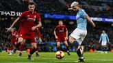 Sergio Aguero menjadi pencetak gol pertama dalam pertandingan Manchester City vs Liverpool. Penyerang asal Argentina itu menyelesaikan peluang dari sudut sempit di sisi kanan gawang The Citizens lima menit jelang turun minum. (Action Images via Reuters/Jason Cairnduff)