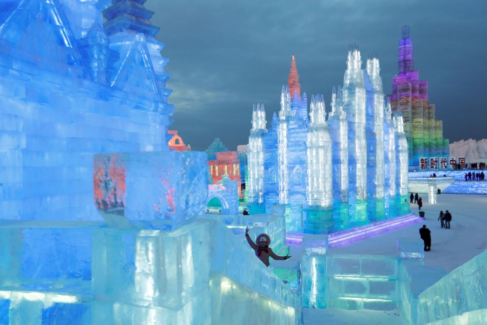 Festival ini menampilkan seni pahatan dan ukiran dari salju dan es yang merupakan terbesar di dunia