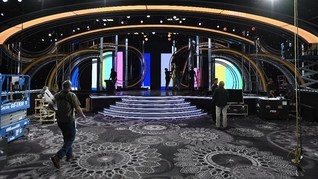 Ramai Aksi Perempuan Pemegang Nampan di Golden Globe 2019