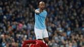 Kapten Manchester City Vincent Kompany menampilkan gestur permintaan maaf usai melakukan tekel kepada winger Liverpool Mohamed Salah. (REUTERS/Phil Noble)