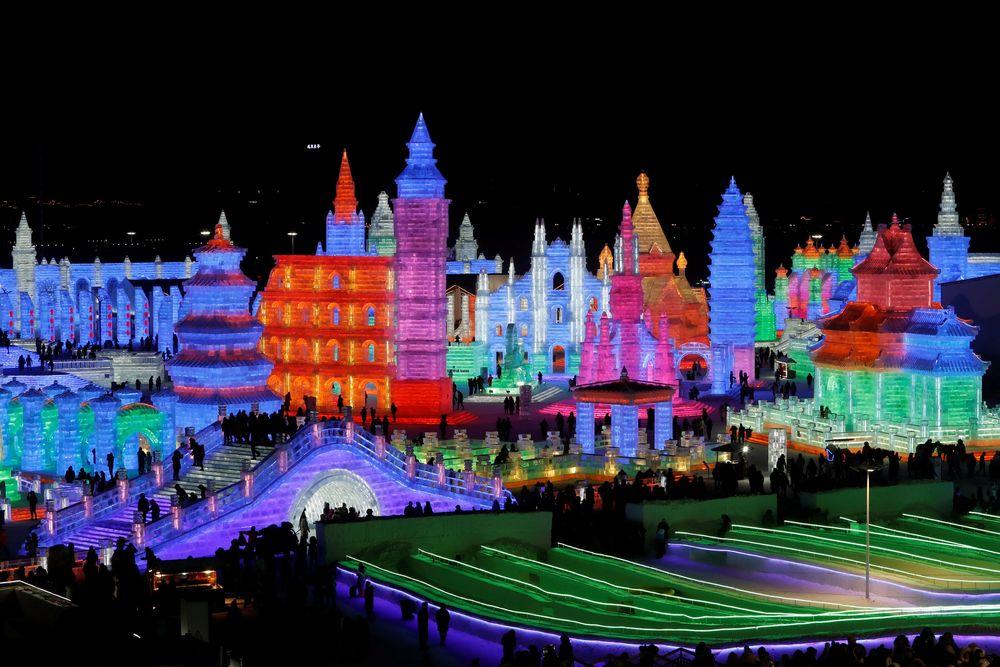 Es yang digunakan diambil dari Sungai Songhua yang membeku. Bangunan-bangunan es yang dibuat mengambil inspirasi dari dongeng tradisional China atau arsitektur terkenal dunia seperti piramida, Tembok Besar, dan lain sebagainya. (REUTERS/Tyrone Siu)