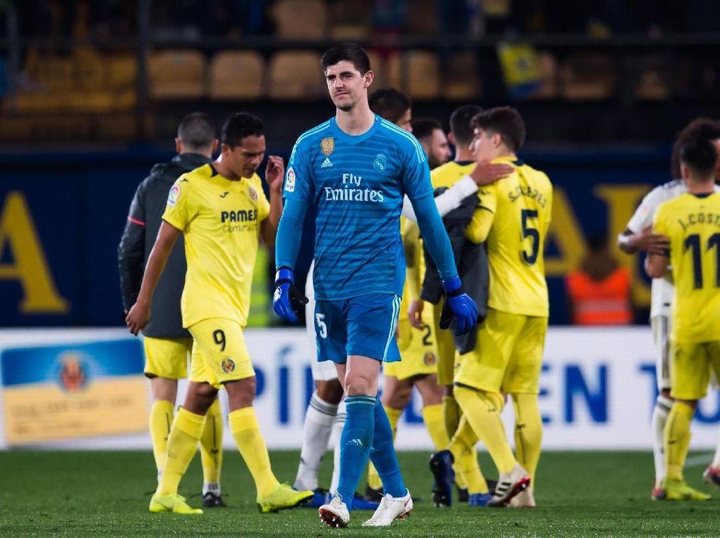 Thibaut Courtois akan absen membela Madrid selama beberapa pekan. Otot Iliacus paha kirinya bermasalah. (Foto: Alex Caparros/Getty Images)