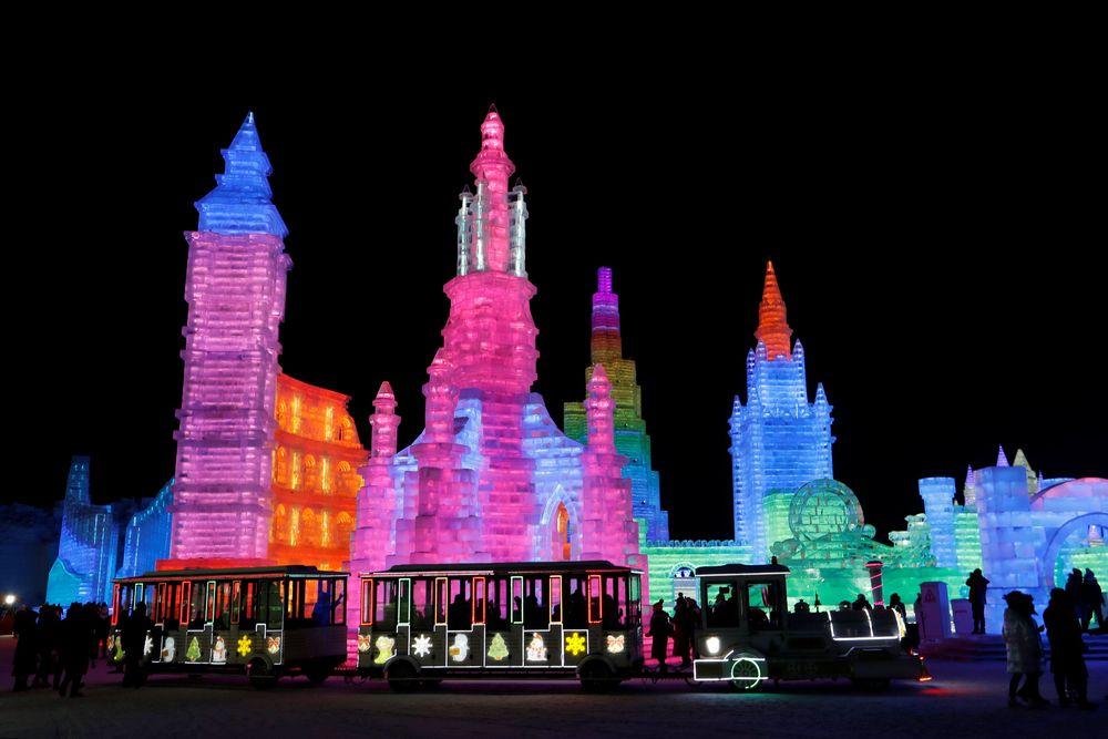 Di Festival Es Harbin, pengunjung dapat melihatpameran pahatan saljusertareplika bangunan dari es yang dibuat sangat mirip dengan aslinya dan juga dilengkapi dengan lampu LED berwarna-warni sehingga menambah keindahan pamerantersebut. (REUTERS/Tyrone Siu)