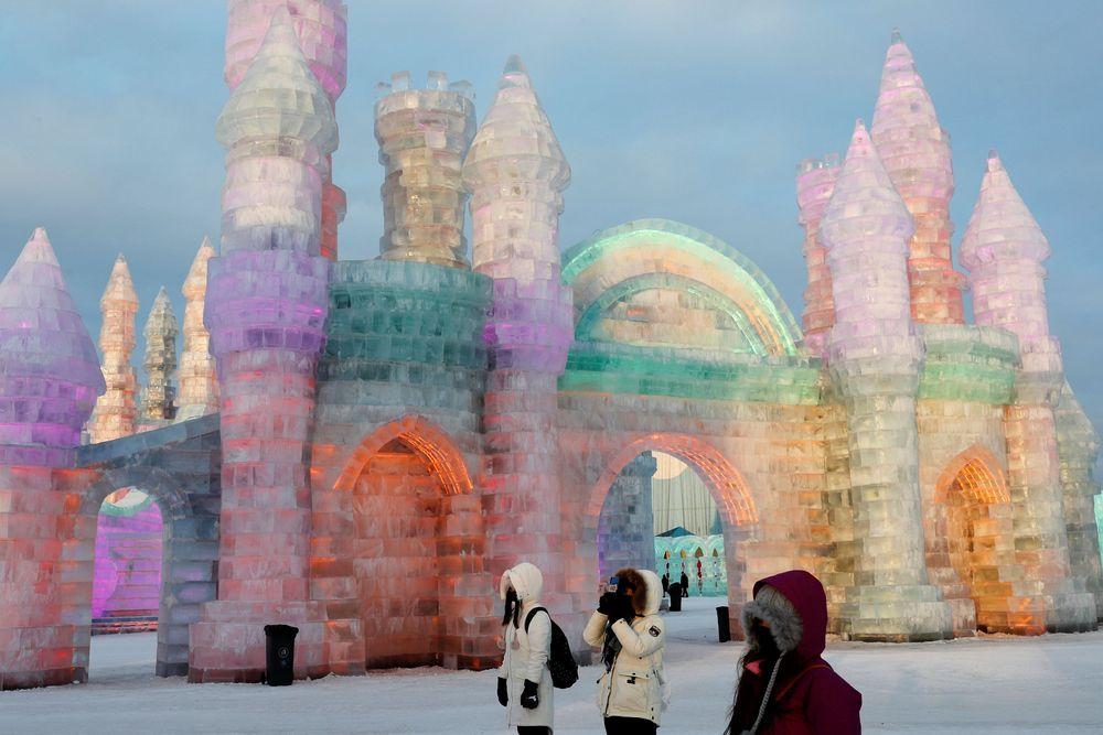 Festival ini menampilkan seni pahatan dan ukiran dari salju dan es yang merupakan terbesar di dunia yang telah dilaksanakan sejak tahun 1963.(REUTERS/Tyrone Siu)
