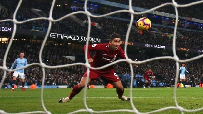Roberto Firmino menanduk bola tanpa kawalan dan sempat membuat skor menjadi imbang 1-1 ketika laga memasuki menit ke-64. (Action Images via Reuters/Jason Cairnduff)