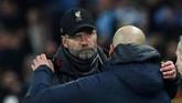 Juergen Klopp berpelukan dengan Pep Guardiola. Selanjutnya Liverpool menghadapi Wolverhampton Wanderers dan Manchester City jumpa Rotherham United dalam babak ketiga Piala FA pekan depan. (Action Images via Reuters/Jason Cairnduff)