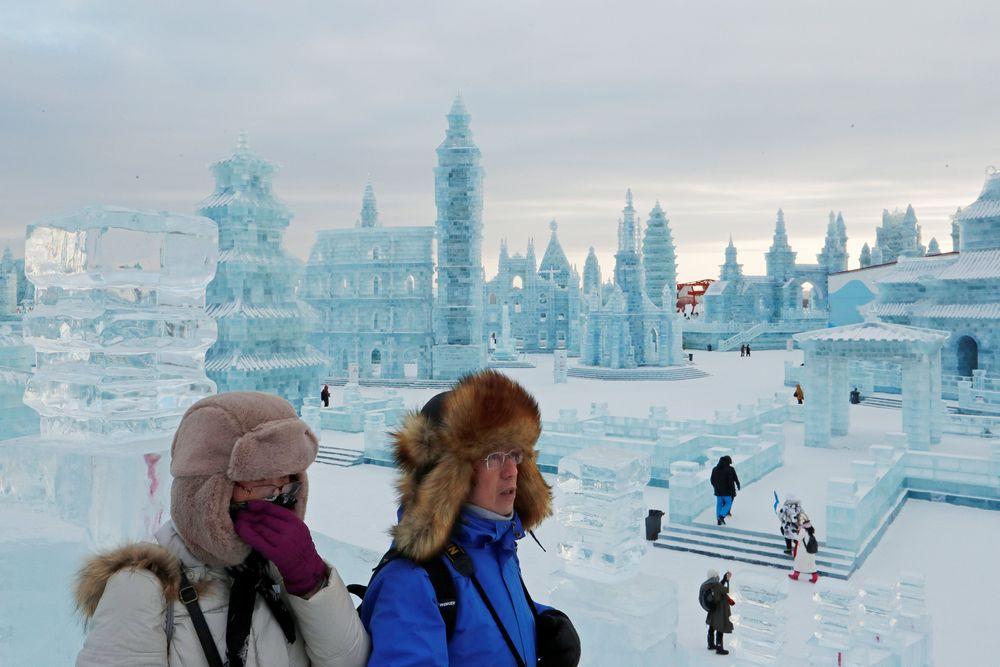 Festival ini jugasebagai ajang kompetisi yang diikuti oleh orang-orang dari berbagai negara yang menampilkan hasil pahatan es dan saljunya. (REUTERS/Tyrone Siu)