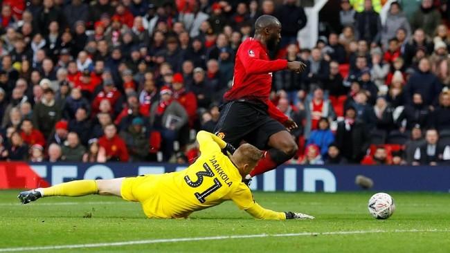 Romelu Lukaku melengkapi kemenangan Man United menjadi 2-0 atas Reading. Ini menjadi gol ke-13 Lukakudalam 14 laga terakhirnya di Piala FA.( REUTERS/Phil Noble