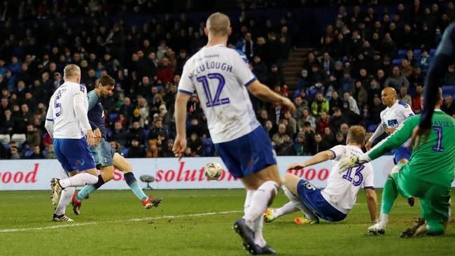 Fernando Llorente menambah skor bagi Tottenham setelah sontekannya membobol gawang Tranmere pada menit ke-48. Llorente mencetak gol usai memanfaatkan assist Son Heung-min. (Action Images via Reuters/Carl Recine)