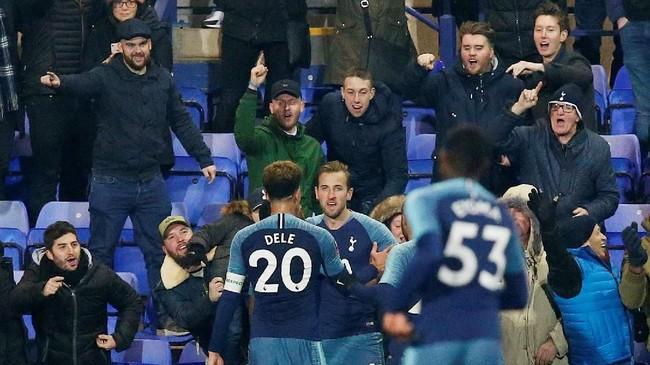Harry Kane (tengah) melengkapi kemenangan Tottenham menjadi 7-0 atas Tranmere pada menit ke-82 setelah menerima umpan Dele Alli.(REUTERS/Andrew Yates)