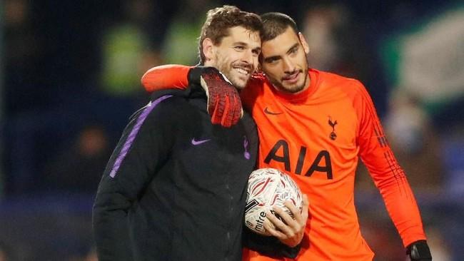 Usai menjadi bintang Tottenham di babak ketiga Piala FA melawan Tranmere, Fernando Llorente membawa pulang bola dalam pertandingan itu.(Action Images via Reuters/Carl Recine)