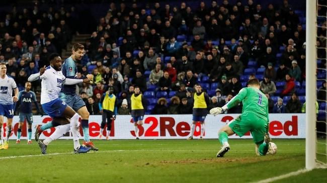 Llorente hanya butuh satu menit untuk mencetak gol ketiga atau hattrick usai gol keduanya di laga melawan Tranmere. Gol ketiga Llorente itu tercipta berkat assist Lucas moura. (Action Images via Reuters/Carl Recine)