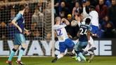 Tottenham membuka keunggulan lewat gol bek Serge Aurier pada menit ke-40. Tendangan kaki kanan Aurier yang melengkung ke pojok kanan atas gawang tidak bisa dijangkau kiper lawan. (Action Images via Reuters/Carl Recine)
