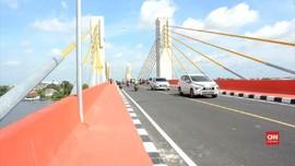 VIDEO: Warga Jajal Jembatan Musi IV