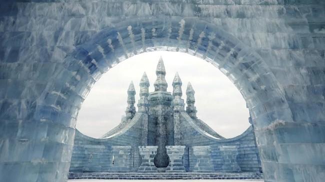 Festival musim dingin di kota Harbin, utara China, kembali digelar pada tahun ini. Selain pameran pahatan es, pengunjung juga bisa berenang di Sungai Songhua yang dingin menggigit.