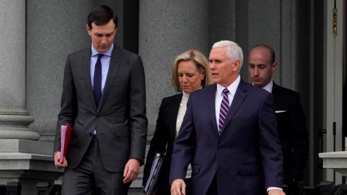 Penasihat Senior Gedung Putih Jared Kushner (kiri), Menteri Keamanan Dalam Negeri Kirstjen Nielsen (tengah) dan Wakil Presiden AS Mike Pence (kanan depan) berbincang sebelum menghadiri pertemuan dengan Partai Demokrat, Sabtu (5/1/2019) (Foto: REUTERS/Joshua Roberts)