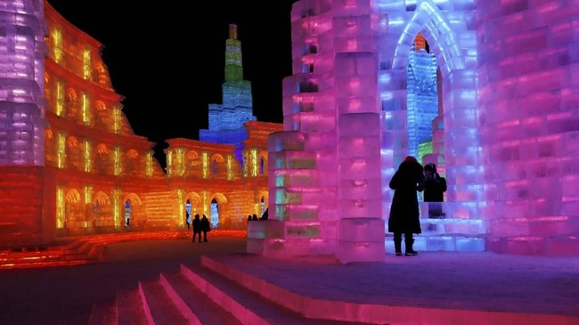 Bukan cuma pajangan di sudut area, pahatan es yang berbentuk besar juga dibangun seperti komplek sehingga pengunjung bisa berkeliling di dalamnya.