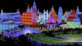 Bangunan yang berasal dari pahatan es disinari cahaya berwarna-warni di malam hari membuat pemandangan di festival musim dingin Harbin jadi lebih meriah.