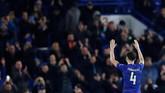 Laga Chelsea vs Nottingham diwarnai momen haru. Cesc Fabregas memberikan salam perpisahan kepada para penggemar dan mengisyaratkan hengkang dari Stamford Bridge. (REUTERS/Eddie Keogh)