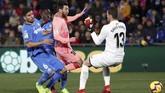 Lionel Messi membuka keunggulan Barcelona pada menit ke-20 setelah melewati dua pemain dan kiper Getafe. (REUTERS/Sergio Perez)