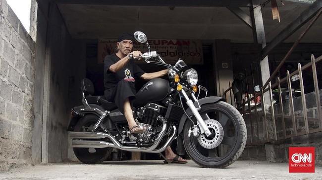 Wahyu juga memiliki ketertarikan pada motor gede. Setelah mendapatkan penghargaan dan hadiah dari Gubernur Jawa Barat, Wahyu langsung membeli motor gede dan menyumbangkan sisanya untuk orang orang yang membutuhkan. (CNN Indonesia/Harvey Darian)