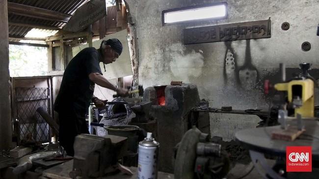 Di Kota Bogor tepatnya di kawasan Katulampa, terdapat satu-satunya pembuat Kujang Pajajaran di Kota dan Kabupaten Bogor. Wahyu Affandi Suryadinata atau Wahyu Kujang (65), memulai kariernya sebagai pembuat kujang sejak 1995. (CNN Indonesia/Harvey Darian)