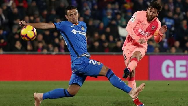 Lionel Messi melepaskan tendangan keras dari luar kotak penalti di babak kedua. Kemenangan atas Getafe membuat Barcelona mengoleksi 40 poin, unggul sepuluh poin atas Real Madrid yang berada di posisi kelima. (REUTERS/Sergio Perez)