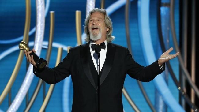 Aktor senior Jeff Bridges menerima penghargaan khususthe Cecil B. deMille Award dalam ajang Golden Globe Awards 2019. (Paul Drinkwater/NBC Universal/Handout via REUTERS)