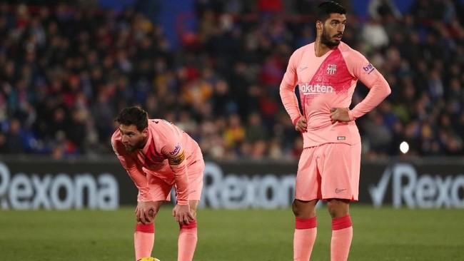 Lionel Messi dan Luis Suarez bersiap mengambil tendangan bebas saat Barcelona menghadapi Getafe di Stadion Coliseum Alfonso Perez, Minggu (6/1). (REUTERS/Sergio Perez)