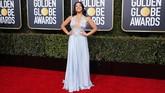 Gina Rodriguez tampil bak Marilyn Monroedengan gaunbiru muda dengan detail plunging dari Reem Acra. Gaun ini memiliki aplikasi embelishment decolletage yang membuatnya terlihat elegan. (REUTERS/Mike Blake)
