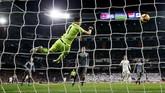 Kiper Real SociedadGeronimo Rullimembuat sejumlah penyelamatan bagus terhadap serangan-serangan Real Madrid.(REUTERS/Juan Medina)