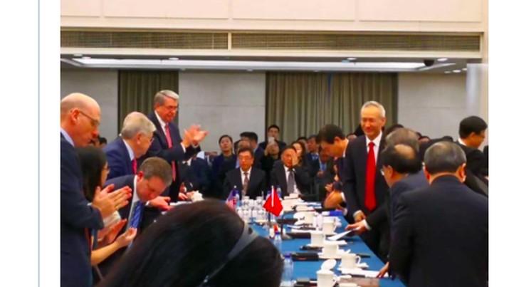 Lu Kang, juru bicara kementerian luar negeri, mengatakan China bersedia untuk menyelesaikan perselisihan dagangnya dengan AS dalam posisi yang setara.