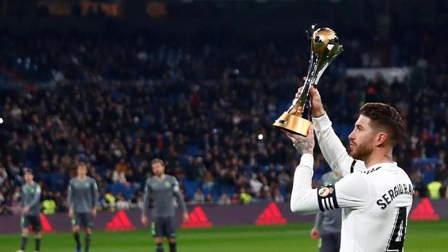 Sebelum laga berlangsung, Sergio Ramos memamerkan trofi Piala Dunia Antarklub yang baru saja dimenangkan Real Madrid pada bulan lalu.(REUTERS/Juan Medina)