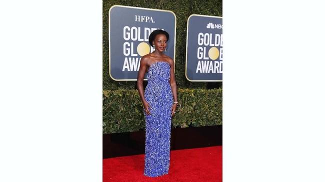 Wakanda Forever! Lupita Nyong'o ingin membawa semangat warga Wakanda di karpet merah Golden Globe Awards 2019. Sayang, gaun ungu detail fringe ini membuatnya tampak seperti anemon laut.(REUTERS/Mike Blake)