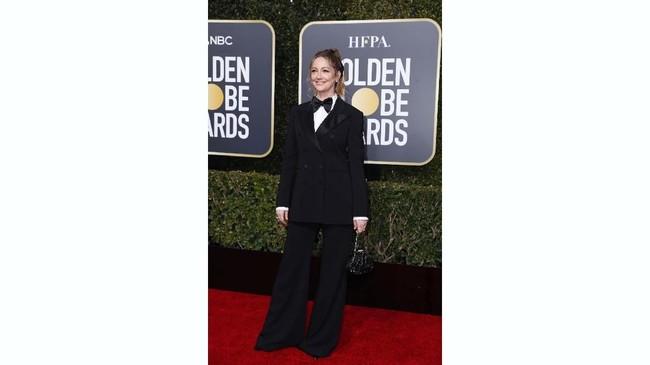 Aktris Judy Greer mungkin ingin tampil sedikit maskulin tapi sepertinya gagal. Kemeja putih dilapisi blazer hitam lengkap dengan dasi kupu-kupu besar. Namun celana palazzo 'menggagalkan' tampilannya.(REUTERS/Mike Blake)