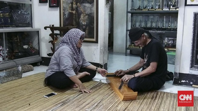Di luar pembuatan kujang, bila sedang memiliki waktu luang, Wahyu sering bersantai dan berinteraksi dengan istri di Galeri Kujang miliknya. Istri Wahyu juga membantu usaha Wahyu dibidang keuangan dan pemesanan secara daring.(CNN Indonesia/Harvey Darian)