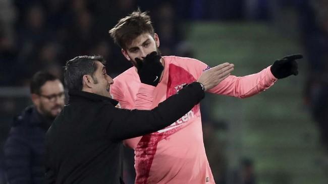 Pelatih Barcelona Ernesto Valverde memberi instruksi kepada bek Gerard Pique saat melawan Getafe. Skor 2-1 untuk Barcelona bertahan hingga laga usai. (REUTERS/Sergio Perez)