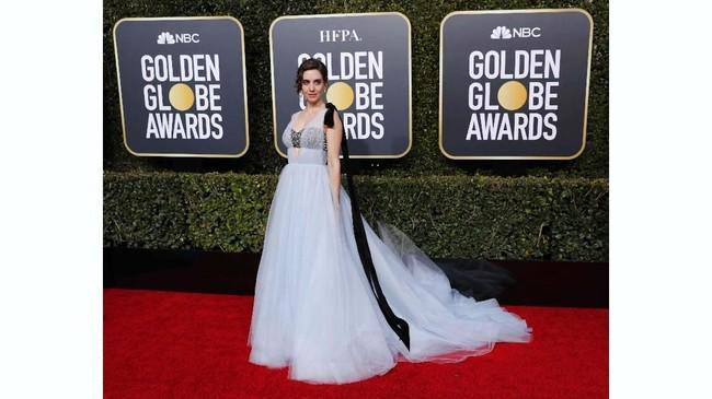 Bintang 'Glow' Alison Brie tampak mengenakan gaun rancangan Vera Wang. Namun kemben silver Brie cukup mengganggu tampilannya apalagi hanya kain lace tipis tembus pandang yang menutupi.(REUTERS/Mike Blake)