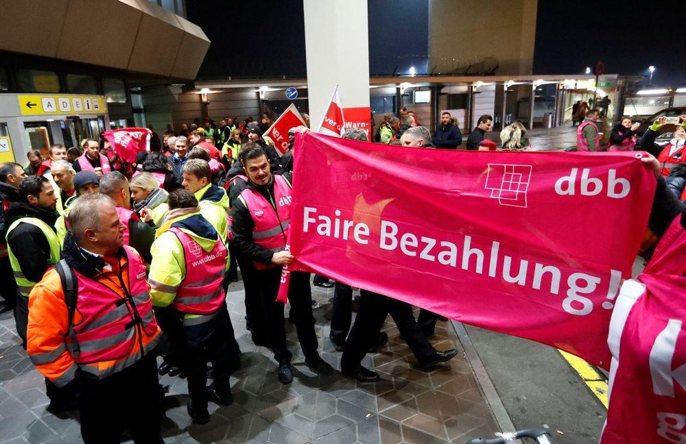 Serikat pekerja menuntut kenaikan upah per jam menjadi 20 euro (US$22,79) untuk staf yang bekerja menanganikontrol penumpang dan barang di semua bandara Jerman. Untuk saat ini karyawan yang bekerjamenangani kontrol penumpang di salah satu bandara Berlin menerima penghasilan 17,12 euro per jam. (REUTERS/Fabrizio Bensch)