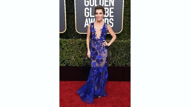 Aktris Kit Hoover tampil menyala dengan gaun putri duyung berwarna biru kobalt. Gaun bordir transparan ini memperlihatkan kulit Hoover. Frazer Harrison/Getty Images/AFP