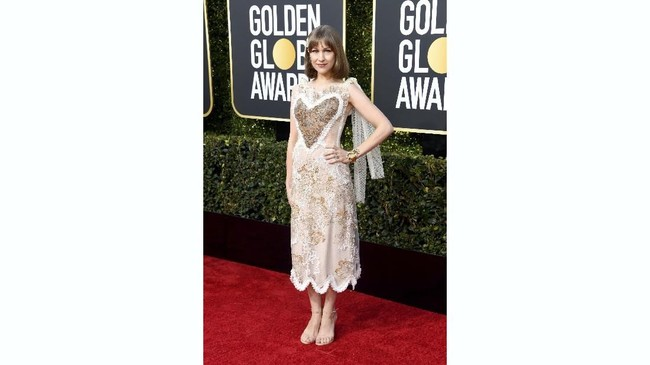 Joanna Newsom mendampingi sang suami Andy Samberg yang jadi co-host dalam Golden Globe Awards 2019. Hanya saja, gaun keemasan yang ia kenakan lebih mirip celemek.(REUTERS/Mike Blake)