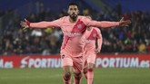 Barcelona menggandakan keunggulan melalui tendangan keras Luis Suarez dari luar kotak penalti pada menit ke-39. (REUTERS/Sergio Perez)