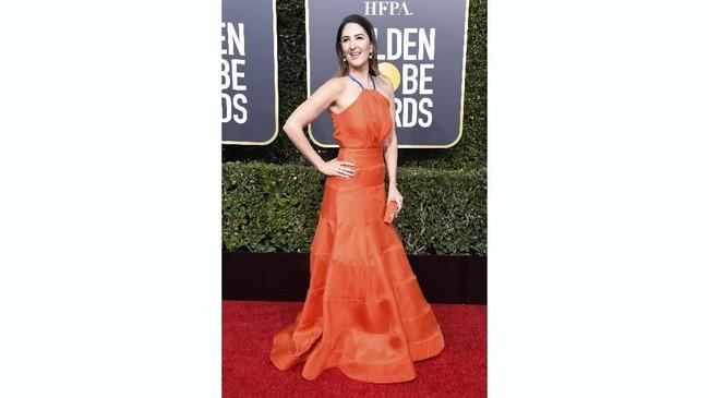 Gaun oranye menyala D'Arcy Carden mungkin mampu menyegarkan suasana, tapisambungan jahitan pada bagian bawah gaun tampak cukup mengganggu.(Frazer Harrison/Getty Images/AFP)