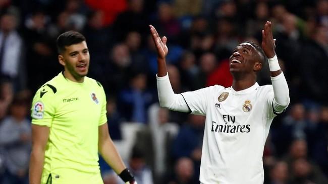 Vinicius Junior tampil cukup impresif namun ia tak bisa menolong Real Madrid lepas dari tekanan. (REUTERS/Juan Medina)