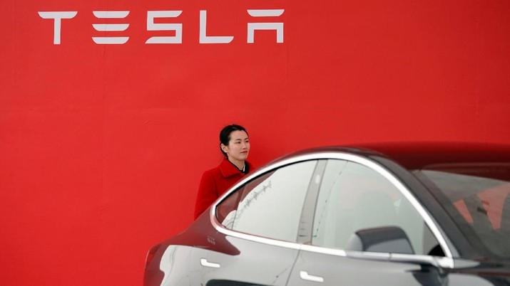A Tesla logo is seen at a groundbreaking ceremony of Tesla Shanghai Gigafactory in Shanghai, China January 7, 2019. REUTERS/Aly Song