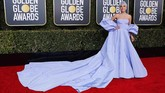 Bintang A Star is Born ini tampil 'serba lavender  lembut' di Golden Globe 2019.  Dia memakai gaun bervolume off shoulder dan sleeved cape dari Valentino Haute Couture. (REUTERS/Mike Blake)